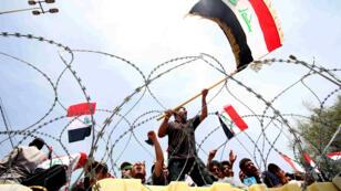 Des partisans de l'imam Moqtada al-Sadr manifestent, mardi 26 avril 2016, devant la zone verte de Bagdad.
