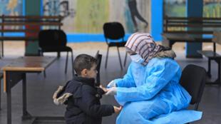 فلسطينية تضع القناع الطبي خوفا من تفشي فيروس كورونا، غزة، 20 مارس / آذار 2020