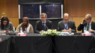 الموفد الدولي الخاص إلى ليبيا برناردينو ليون (وسط) مترئسا جلسة الحوار في الصخيرات بالمغرب.