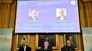 Per Stromberg, Goran K. Hansson y Per Krusell anuncian los galardonados con el Premio Nobel de Economía durante una conferencia de prensa en la Real Academia Sueca de Ciencias de Estocolmo. 8 de octubre de 208.