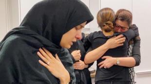 Endeuillées, des personnes pleurent, dans la résidence étudiante de l'Université de Toronto, les victimes d'un crash d'un avion ukrainien en Iran, dans une image fixe tirée d'une vidéo à Toronto, au Canada, le 8 janvier 2020.