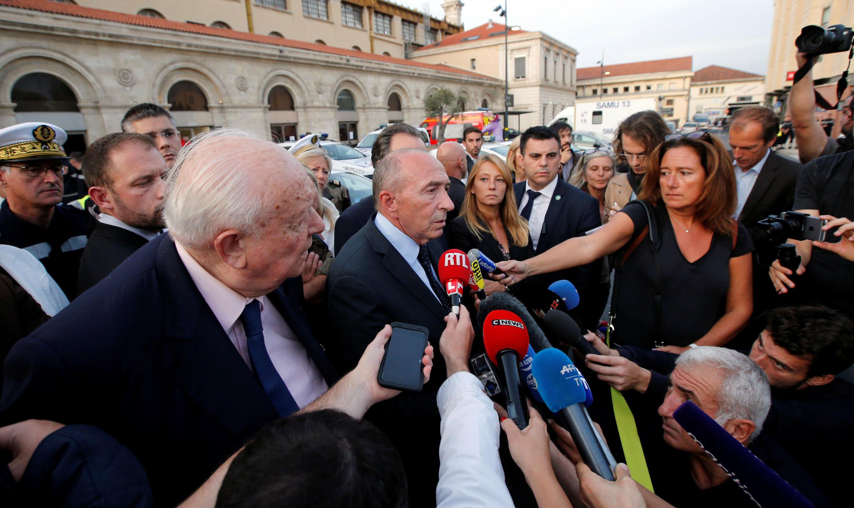El ministro del Interior, Gerard Collomb, habla a los medios de comunicación en las afueras de la estación de trenes de Saint-Charles después de que soldados franceses dispararan y asesinaran a un hombre que apuñaló a dos mujeres en la estación principal de Marsella.