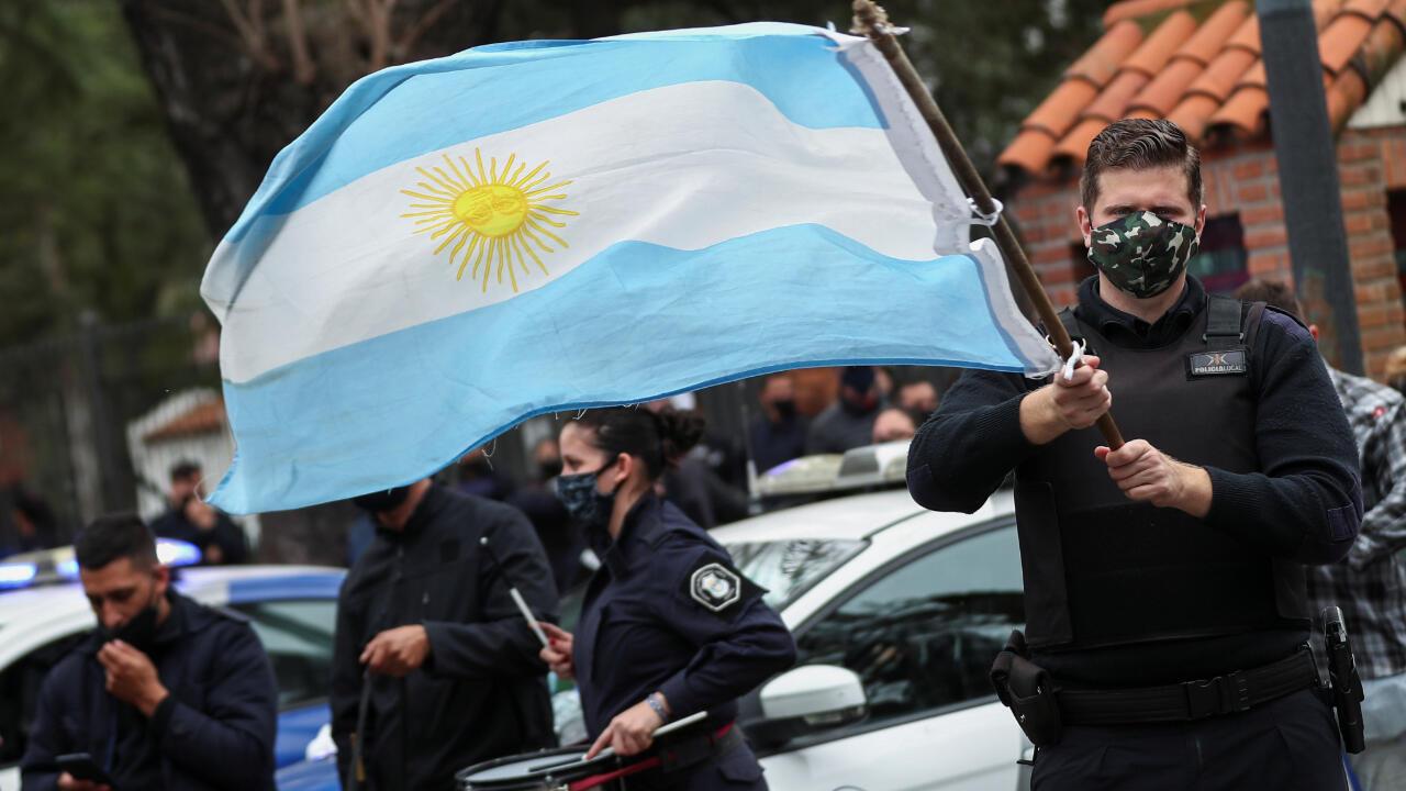 Agentes de la policía de la provincia de Buenos Aires protestan frente al palacio residencial de Olivos para demandar mejores condiciones laborales y salarios, en medio de la pandemia del Covid-19), en Buenos Aires, Argentina, el 9 de septiembre de 2020.