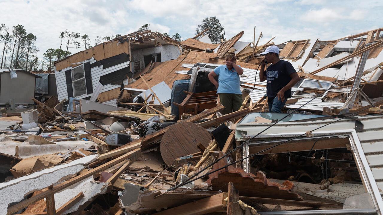 Una pareja reacciona mientras revisan su casa destruida tras el paso del huracán Laura en Lake Charles, Luisiana, el 27 de agosto de 2020.