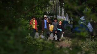 Une famille de réfugiés à la frontière greco-turque, le 19 avril.