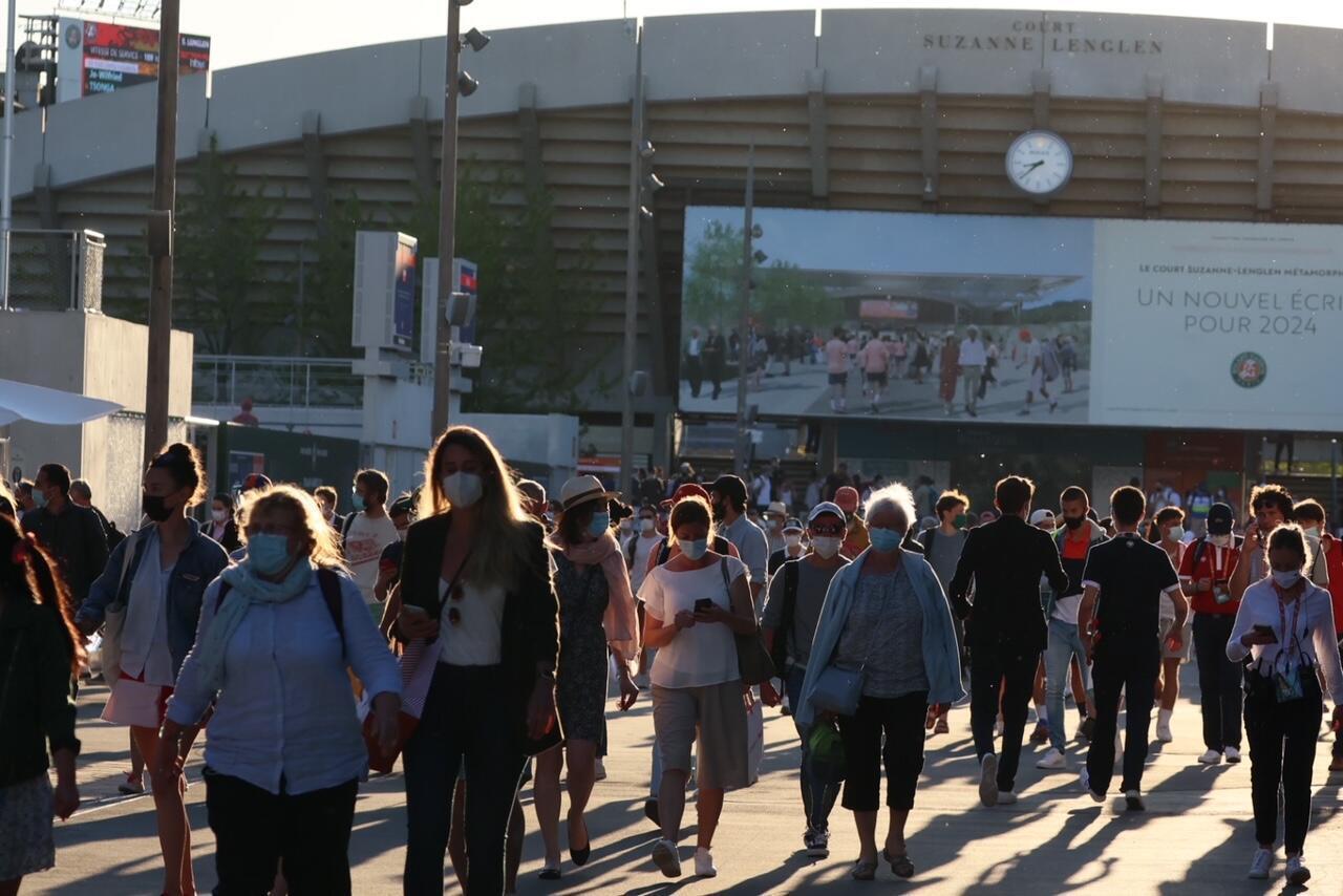 Les spectateurs quittent sagement Roland-Garros en raison du couvre-feu.