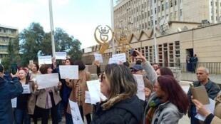 Les journalistes du service public rassemblés mercredi 27 février devant le siège de l'ENTV.