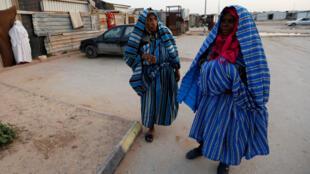 Mujeres desplazadas de la ciudad de Tawergha esperan en un campo de refugiados en Trípoli, 5 de febrero de 2018.