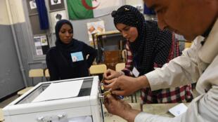 Dépouillement des voix dans un bureau de vote d'Alger, le 4 mai 2017.