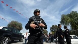 شرطي تونسي في العاصمة غداة  هجوم 24 تشرين الثاني/نوفمبر 2015 على الأمن الرئاسي