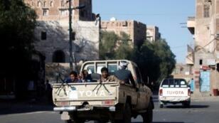 مقاتلون حوثيون في سيارة بيك آب في صنعاء في 02 كانون الاول/ديسمبر 2017