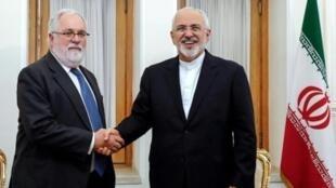 محمد جواد ظريف مصافحا المفوض الأوروبي للطاقة ميغيل أرياس كانتي في طهران 20 أيار/مايو 2018.