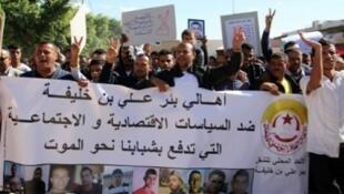 محتجون يرفعون شعارات أثناء تظاهرة في بئر علي بن خليفة بالوسط الشرقي التونسي في 25 تشرين الأول/أكتوبر 2017