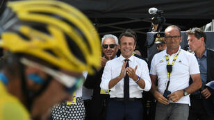El presidente francés, Emmanuel Macron, aplaude a Julian Alaphilippe, que lleva el maillot amarillo de líder del Tour de Francia cuando cruza la meta de la 14ª etapa en Tourmalet Bareges, el 20 de julio de 2019.