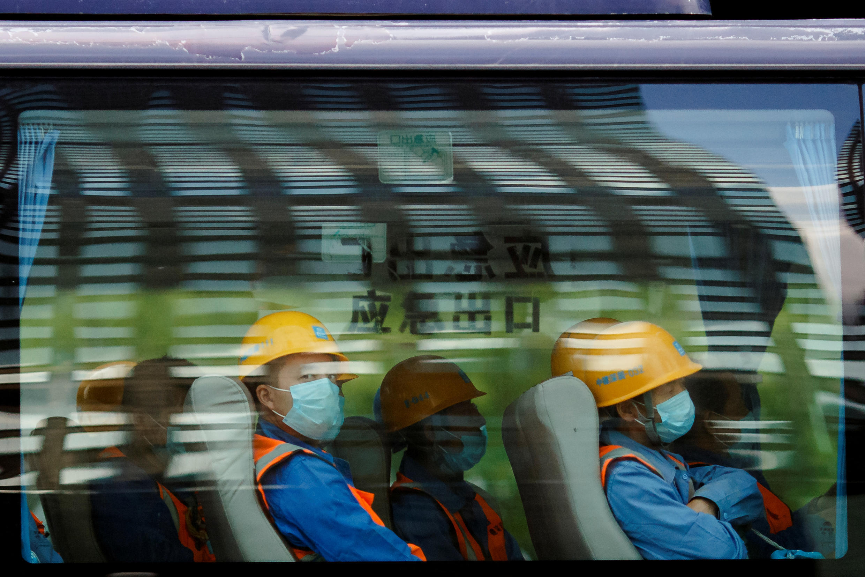 Des travailleurs chinois dans un bus à Pékin, le 16 avril 2020.
