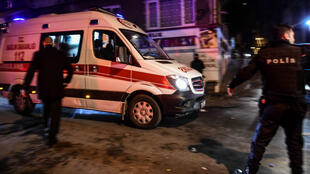 سيارة إسعاف تصل إلى مستشفى قريب من ملعب نادي بشيكطاش في إسطنبول في 10 كانون الأول/ديسمبر 2016