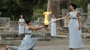 Ceremonia de iluminación de la llama olímpica Pyeongchang 2018. La actriz griega Katerina Lehou, interpretando el papel de sumo Sacerdotisa con la llama en la antorcha durante la ceremonia de encendido de la llama olímpica.10/24/2017