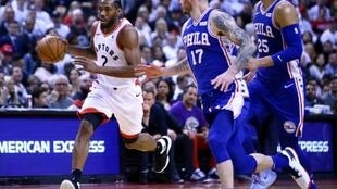 Kawhi Leonard des Toronto Raptors dribble face aux Philadelphia 76ers en demies de Conférence NBA, match 1, le 27 avril 2019 à Toronto