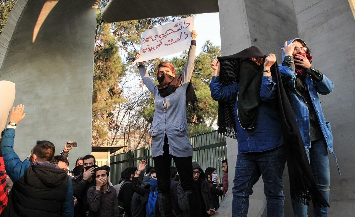 طالبات إيرانيات تظاهرن أمام جامعة طهران تنديدا بارتفاع القدرة الشرائية 30 كانون الأول/ديسمبر 2017