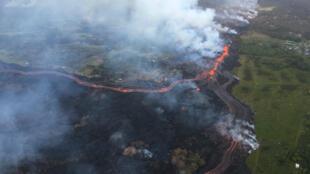 La aparición de una nueva fisura y la expulsión de lava cerca de una planta geotérmica ha motivado la preocupación de las autoriades en Hawái. Mayo 22 de 2018.