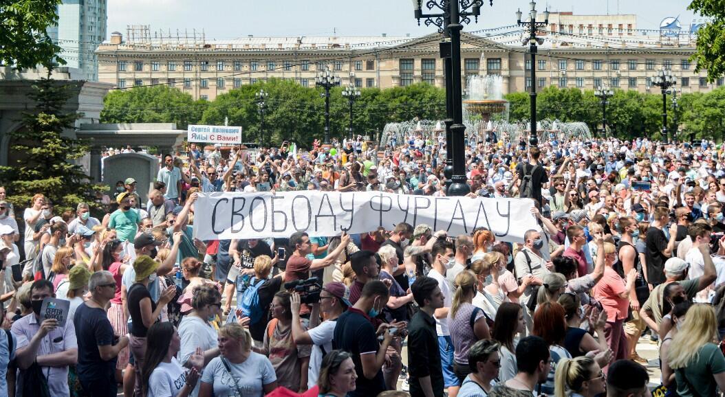 Manifestantes sostienen una pancarta que dice: ¡Libertad para Furgal!, en referencia al gobernador Sergéi Furgal, quien fue arrestado acusado de participar en asesinatos entre 2004 y 2005. En Jabárovsk, Rusia, el 18 de julio de 2020.