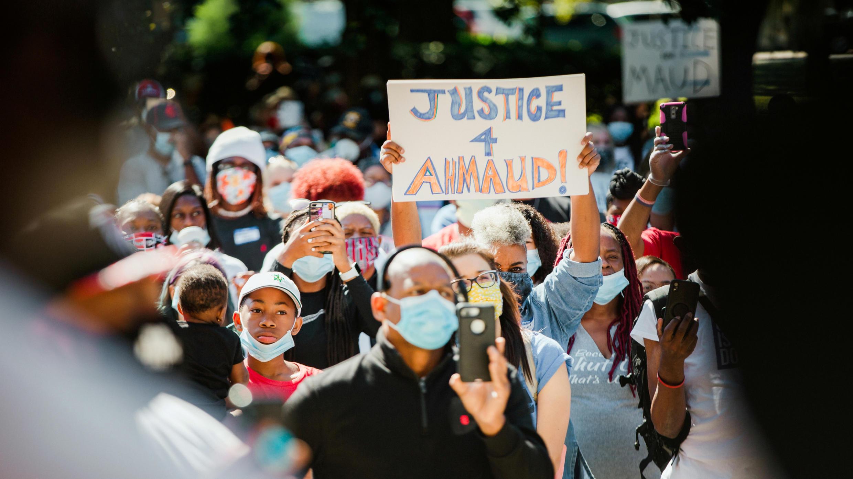Des centaines de manifestants se sont réunis devant le tribunal de Brunswick pour réclamer justice pour Ahmaud Arbery.