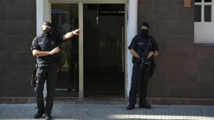 Des policiers devant le commissariat de Cornellà de Llobregat après la tentative d'attaque terroriste, le 20 août 2018.