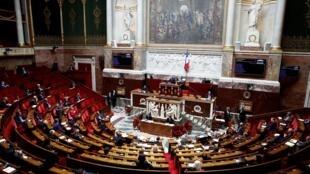 نواب فرنسيون يحضرون جلسة مساءلة الحكومة في الجمعية العامة في باريس في 12 أيار/مايو 2020