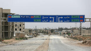 Un panneau indiquant la ville de Manbij, située dans le nord de la Syrie, à 30 kilomètres de la frontière turque.