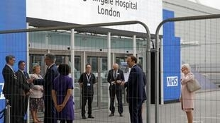 Inauguration de l'hôpital de Nightingale par le ministre britannique de la Santé, Matt Hancock (2e d), le 3 avril 2020 à Londres