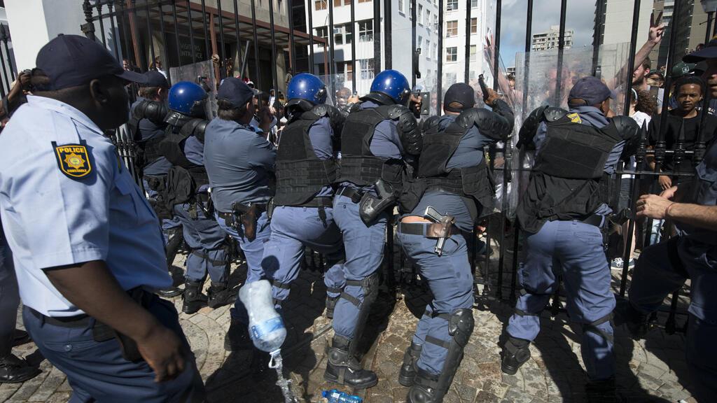 Des étudiants sud-africains se sont brièvement introduit dans l'enceinte du Parlement du Cap mercredi pour protester contre la hausse des frais scolaires.