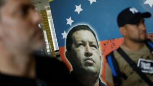 Un mural que representa al fallecido presidente de Venezuela, Hugo Chávez, se ve en el aeropuerto Juan Vicente Gómez en San Antonio, Venezuela, el 22 de febrero de 2019.