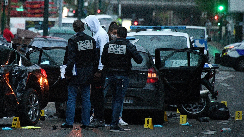 Des policiers français travaillent sur le site où un chauffeur a blessé deux policiers à Colombes, en banlieue parisienne, le 27 avril 2020.