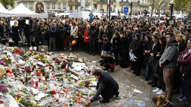 Personas reuniéndose para observar un minuto de silencio, el 16 de noviembre de 2015, el día después de los atentados, en París, Francia.