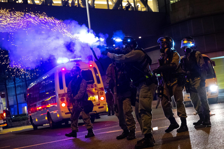 Un oficial antidisturbios dispara un bote de gas lacrimógeno contra manifestantes antigubernamentales durante una manifestación en el área residencial de Tseung Kwan, Hong Kong, China, el 7 de octubre de 2019.
