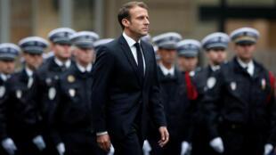 El presidente francés Emmanuel Macron lidera un homenaje a los policías asesinados en la Prefectura de París, el 8 de octubre de 2019.