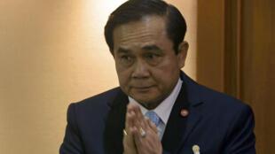Le général Prayuth Chan-ocha fait le salut traditionnel devant l'Assemblée nationale, lundi 18 août à Bangkok