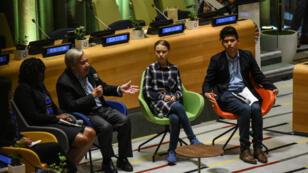 Le secrétaire général de l'ONU, Antonio Guterres, la militante suédoise Greta Thunberg et d'autres jeunes conviés par l'organisation internationale, le 21 septembre à New York.
