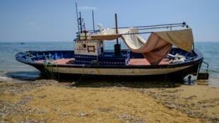 مركب يستخدمه مهاجرون وقد ضبطه الدرك الإيطالي على شاطئ كابو بيانكو في محافظة أغريجنتو الإيطالية في 21 آب/أغسطس 2018