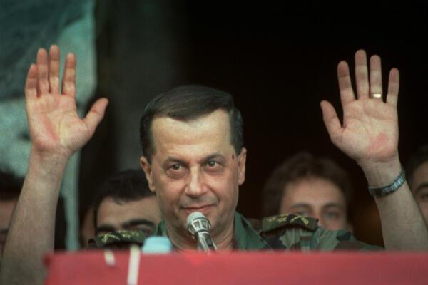 Le général Aoun devant ses partisans, venus l'acclamer au Palais présidentiel de Baabda, en octobre 1989.