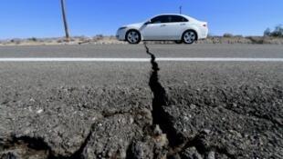 الزلزال الثاني شق أرض الطريق السريع 178، جنوب ترونا، في كاليفورنيا، 06 يوليو حزيران 2019