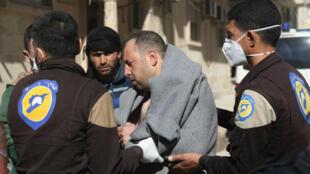 خلال إسعاف أحد المصابين بالهجوم الكيميائي قرب محافظة إدلب بسوريا