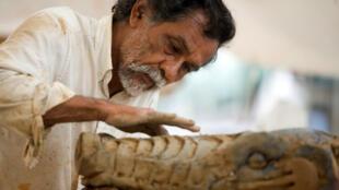 Imagen de archivo del 18 de julio de 2008 del artista mexicano Francisco Toledo trabajando en 'La Lagartera', una escultura de 24,5 metros hecha de hierro y yeso que se exhibe en Monterrey, México.