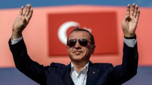 Le président turc Recep Tayyip Erdogan lors d'un meeting, en août 2016 à Istanbul, contre le coup d'État manqué du 15 juillet.