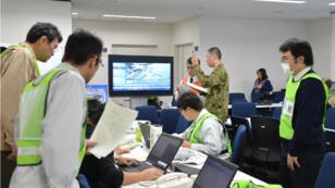 Les employés de la préférecture de Fukushima suivent l'évolution de la situation.
