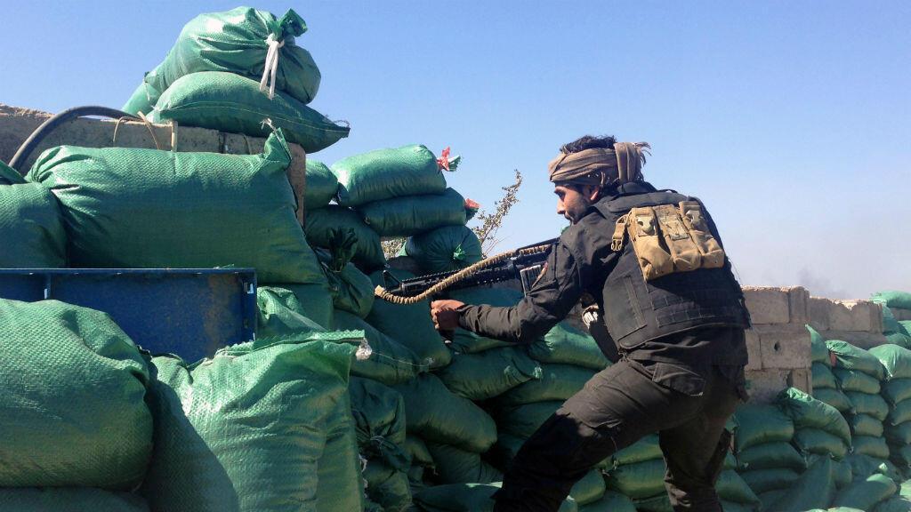 Un membre des tribus sunnites, alliées du gouvernement irakien, se bat contre les jihadistes de l'EI.