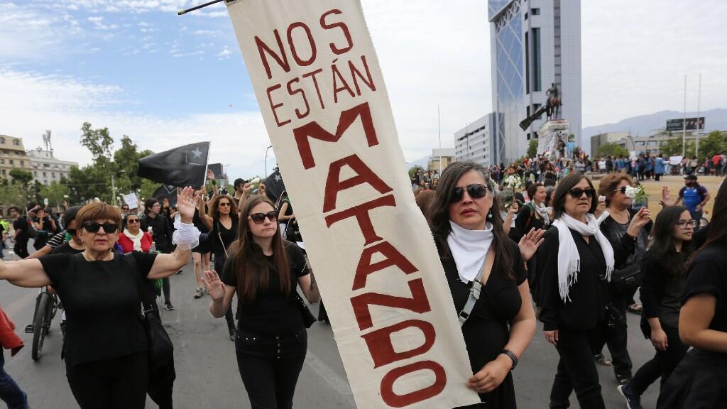 Miles de mujeres rindieron un solemne homenaje de respeto a los 20 fallecidos en dos semanas de protestas en Chile en una marcha en silencio que cruzó el centro de Santiago, el 1 de noviembre del 2019.