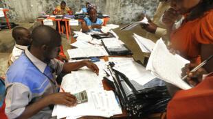 Des agents de la commission électorale nationale indépendante recomptent les voix à Goma, lors de la présidentielle de décembre 2011.