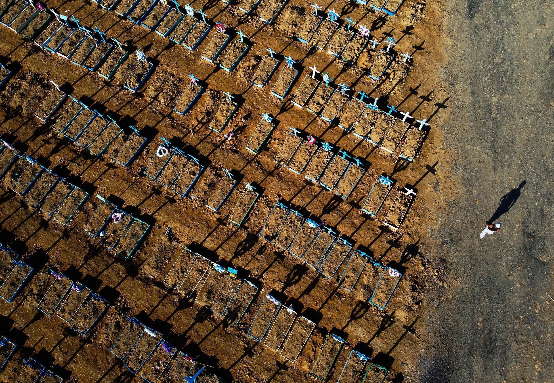 Vista aérea del cementerio de Nossa Senhora Aparecida en Manaus, Brasil, el 21 de junio de 2020