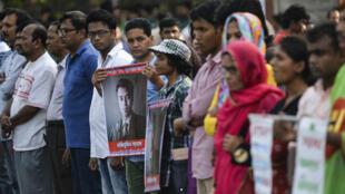 Des militants laïques manifestent leur colère après l'assassinat du jeune blogueur Nazimuddin Samad, le 6 avril 2016.